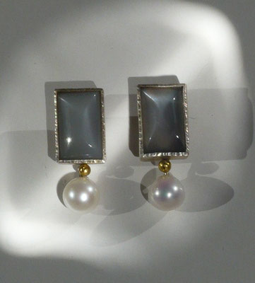 Ohrringe mit grauem Mondstein, Süßwaserperle, Feingold, Silber © Vivien Reig-Atmer