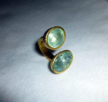 Ring mit zwei Aquamarinen auf einer Feingoldschiene (Kundenauftrag) © Vivien Reig-Atmer