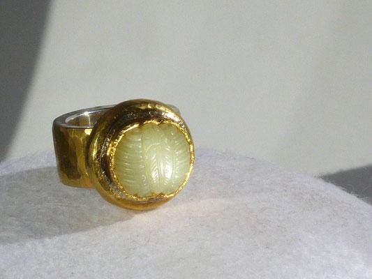 Ring mit einer alte chinesischen Jade, Feingold, Silber © Vivien Reig-Atmer