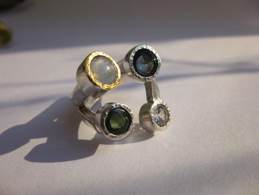 Ring mit Sternsaphir, weißer Saphir und 2 Turmaline, Feingold, Silber © Vivien Reig-Atmer
