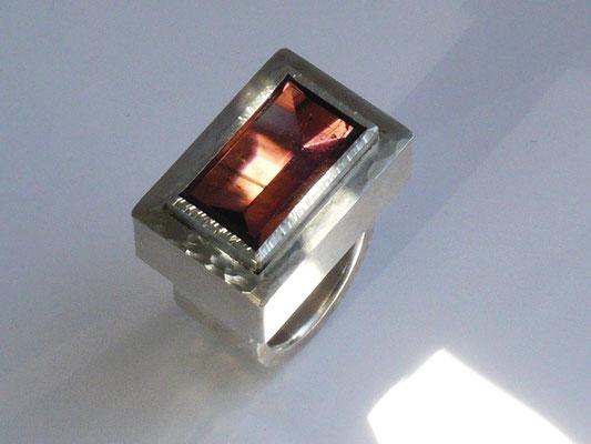 Ring mit einem braunen Turmalin, Silber© Vivien Reig-Atmer