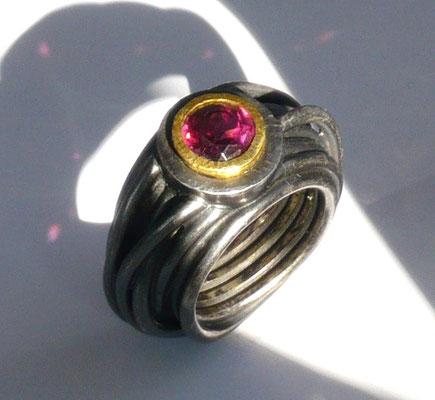 Ring mit einem Granat, Feingold, Silber schwarz rhodiniert - verkauft © Vivien Reig-Atmer