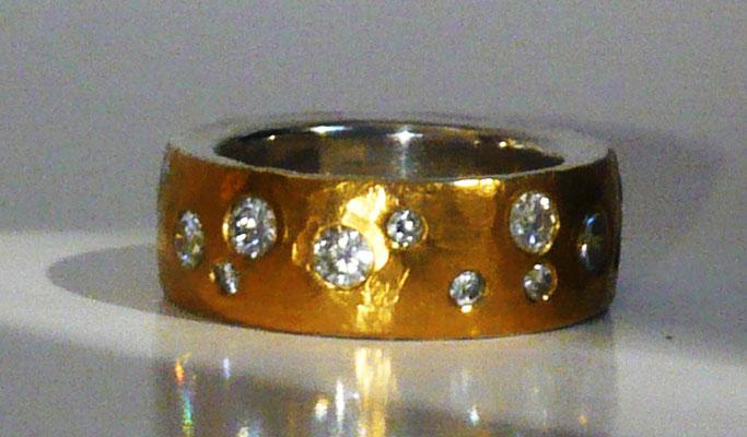 Ring mit gesammelten Brillanten in Feingold, Silber (Kundenauftrag) © Vivien Reig-Atmer
