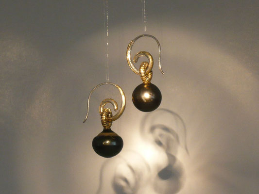 Ohrringe mit Tahitiperlen, Feingold, Silber © Vivien Reig-Atmer