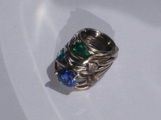 Ring aus Weißgold, Saphir, Smaragd, Turmalin, 2 Brillanten (Kundenauftrag) © Vivien Reig-Atmer