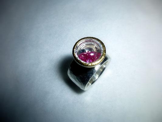 Ring mit einer kleinen Schale gefüllt mit vielen kleinen Rubinen und einem kleinen Saphir (Kundenauftrag) © Vivien Reig-Atmer