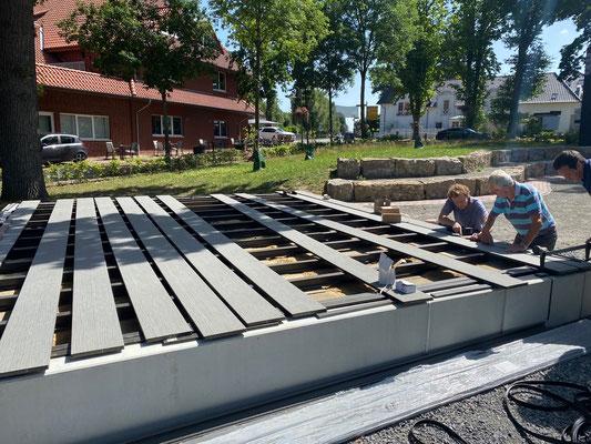 Fast geschafft - nur noch wenige Planken fehlen auf der Bühne. Bild: MeTa