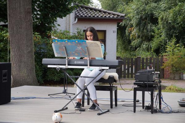Nachwuchspianistin Hamide Ünal (13) aus Holdorf spielte ein türkisches Volkslied.