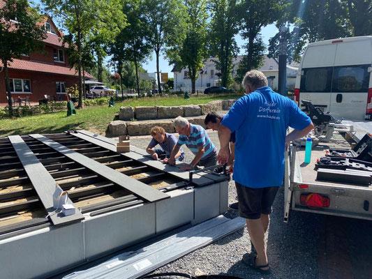 Die ersten Planken werden auf der Bühne verlegt. Bild: MeTa