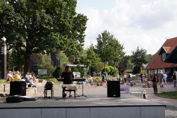 Phillip Gräfe gibt gemeinsam mit Schülerinnen erstes Konzert auf der neuen Hüder Bühne.