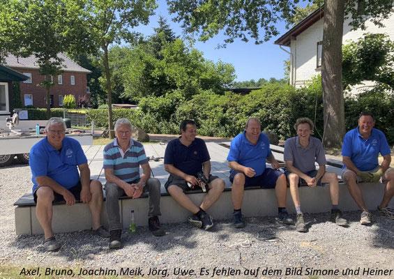 Die fleißigen Helfer des Hüder Dorfvereins machen eine wohlverdiente Pause im Schatten. Bild: WiP