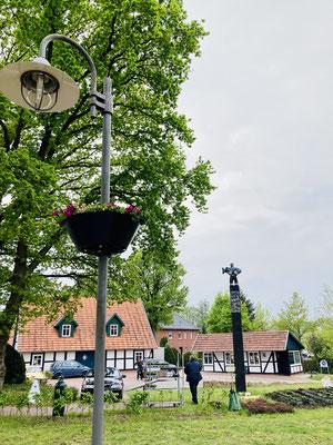 Auch am Dorfplatz wurde ein bepflanzter Blumenkasten an einer Laterne angebracht.