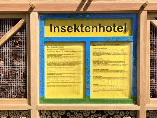Auf der Infotafel steht Wissenswertes zum Insektenhotel und den zukünftigen Bewohnern.