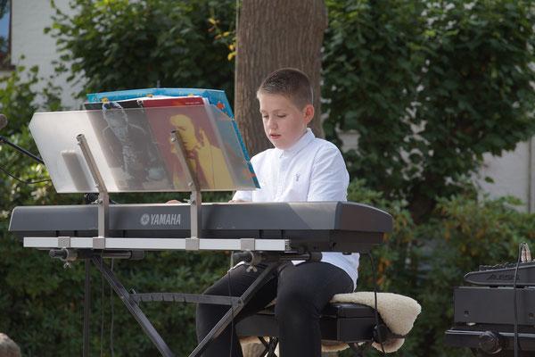 """Der 14-jährigen Kai Franck spielt Klavier seit er 5 Jahre alt ist und eröffnete das Konzert mit """"Heal the World"""" von Michael Jackson."""
