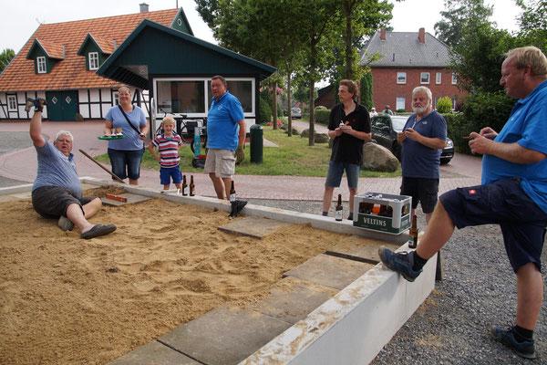 Die Umrandung aus Beton ist mit Sand gefüllt und wird für die Abdeckung vorbereitet. Bild: sbb