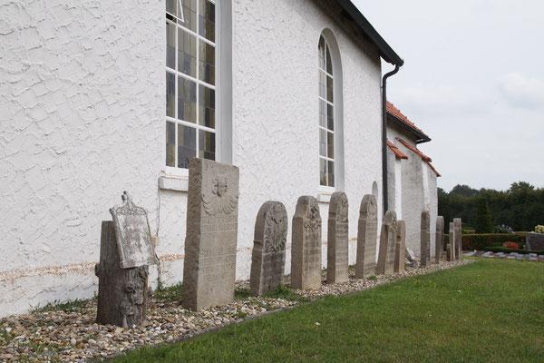 Alte Grabsteine am Seitenschiff der Kirche
