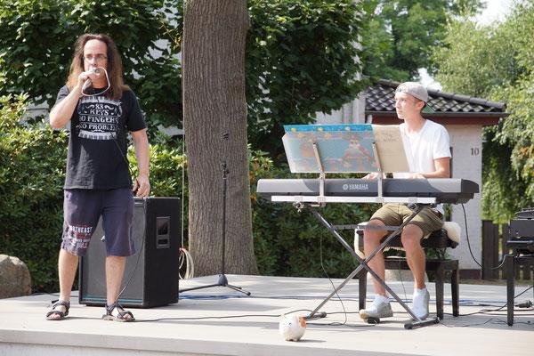 Gemeinsam erfüllten Phillip Gräfe und Luka Bömermann Musikwünsche aus dem Publikum.