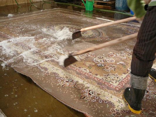 fase 4: STRIZZATURA, si ellimina tutta l'acqua dal tappeto cercando di lasciarne il meno possibile all'interno e sbiancamento frange,