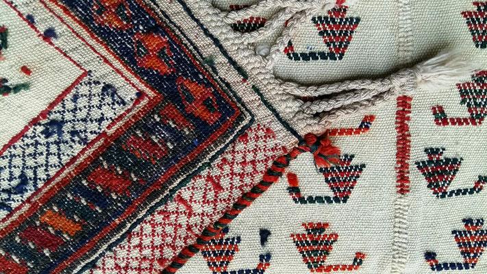 Tappeti antichi udine, tappeto nomade sotto sella di cavallo