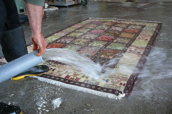 fase 2: IMMERSIONE, il tappeto viene completamente bagnato e immergendolo nell'acqua