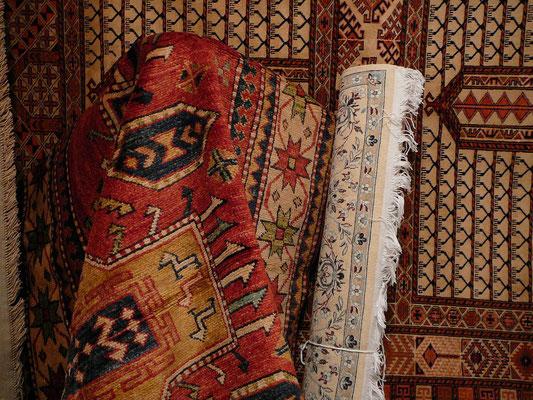 Magazzino tappeti persiani e moderni, tappeti persiani e caucasici, kilim tappeti vari misura e dimensione nuovi vecchio e antico