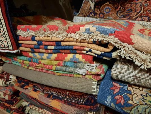 Pozzuolo del Friuli- Vendita tappeti e kilim all'ingrosso e dettaglio, importatore tappeti persiani e kilim a udine
