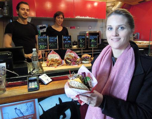 Maja Tini Jensen mit ihrem Lieblingsburger von Copenhagen Street Food. Foto: C. Schumann