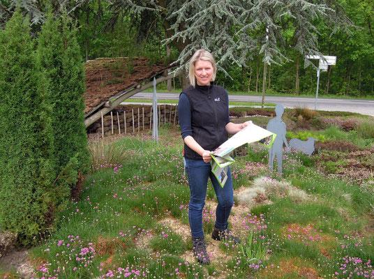 Naturguide Silke Hirndorf in ihrem Kulturhistorischen Heidegarten. Foto: C. Schumann