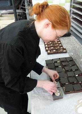 Nur noch das Etikett fehlt - Blick in die Produktion von DaJa Chocolate. Foto: C. Schumann