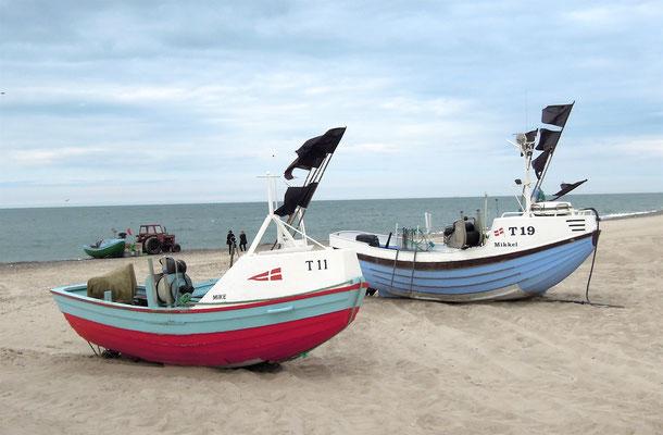 Klein, aber wendig: Traditionelle Holzboote zum Fischfang am Strand von Stenbjerg in Dänemark. Foto: C. Schumann, 2016