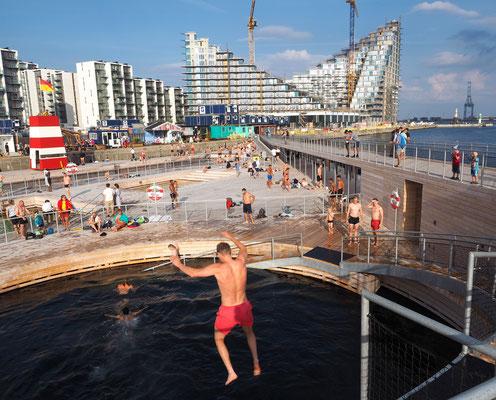 Gewagter Sprung in Aarhus' neuem Hafenbad. Foto: Christoph Schumann, 2018