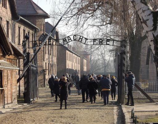 """Symbol der nationalsozialistischen Gräueltaten in Auschwitz und darüber hinaus: der Eingang zum Lager Auschwitz I, dem """"Stammlager"""". Foto: C. Schumann, 2020"""