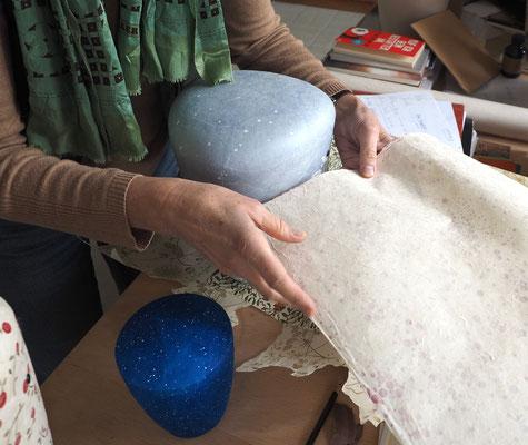 Auswahl handgeschöpften Papiers für eine Urne von Ina Hattebier. Foto: Christoph Schumann, 2020/21