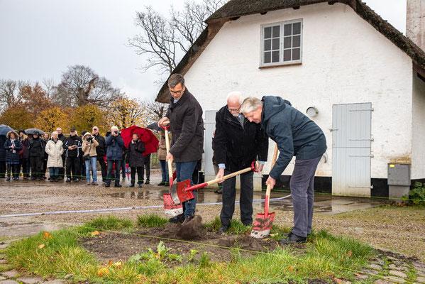 """Erster Spatenstich zur Neugestaltung des """"Königlichen Küchengartens"""" von Schloss Gråsten im November 2019. Foto: Sønderborg Kommune"""