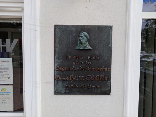 Gedenktafel am Geburtshaus von Wilhelm Heinrich Schüßler in der Peterstraße 6, Bad Zwischenahn. Foto: Christoph Schumann, 2021