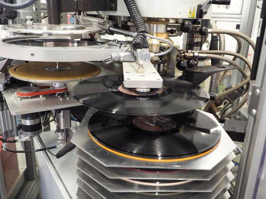 """Blick in die Plattenpresse von """"Austrovinyl"""". Foto: C. Schumann, 2020"""