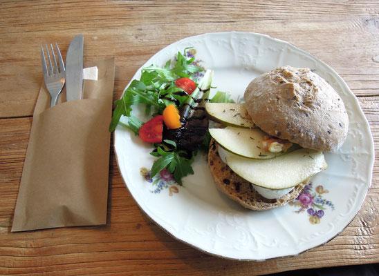 Gesunder Burger im Theetuin d'Aole Pastorie im holländischen Zwartemeer. Foto: C. Schumann