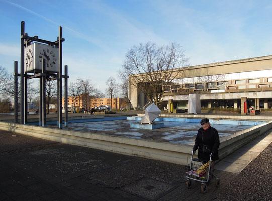 Marl: Zentrale Uhr vor dem Rathaus und Blick auf das Skulpturenmuseum.