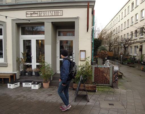 """Das """"In guter Gesellschaft"""" in der Sternstraße im Hamburger Schanzenviertel. Foto: Chr. Schumann, 2020"""