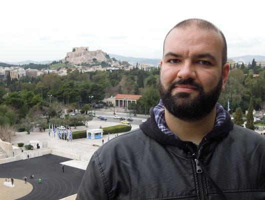 """Spyridon Kagkas – der ehrenamtliche Guide von """"This is Athens with a Local"""" zeigt mir seinen Stadttei, das angesagte Viertel Pagrati. Foto: Christoph Schumann, 2020"""