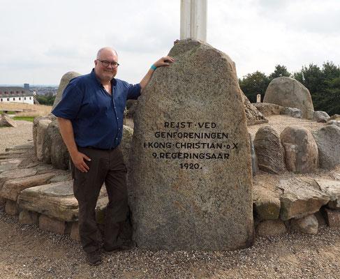 Historiker René Rasmussen am Gedenkstein für die Wiedervereinigung 2020 bei Dybbøl. Foto: C. Schumann, 2020
