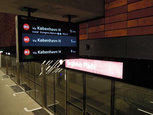 Anzeigetafel und Blick in die Station Enghave Plads der M3. Foto: C. Schumann, 2019