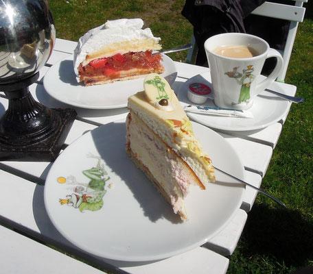 Kuchen und Kaffee im Café Froschkönig in Middelhagen sind eine verdiente Belohung nach der Wanderung. Foto: C. Schumann, 2016