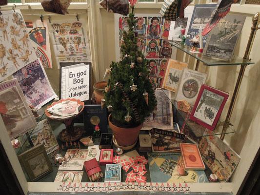 Weihnachtsdekoration im alten Buchhandel in Den Gamle By. Foto: C. Schumann, 2019
