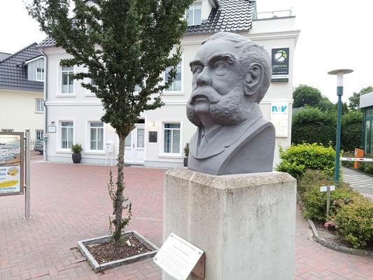 Erinnerung an den größten Sohn der Stadt: Die Schüßler-Büste vor dem Geburtshaus des Medziners in der Peterstraße 6. Foto: Christoph Schumann, 2021