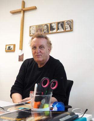 Der katholische Flughafenpastor Johannes Peter Paul in seinem Büro. Foto: C. Schumann, 2019