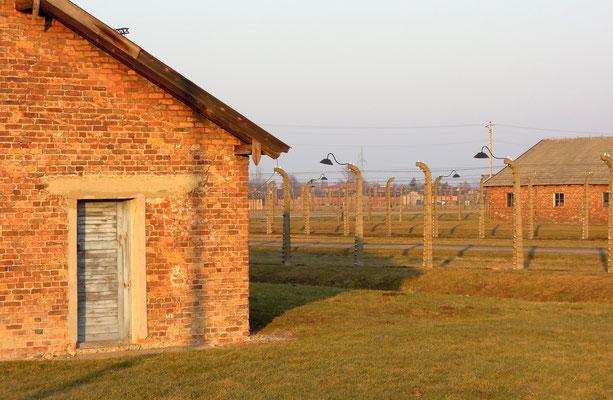Baracken und Schutzzäune im Vernichtungslager Auschwitz-Birkenau, Auschwitz II. Foto: C. Schumann, 2020