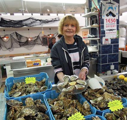 Spezialität der Region: Austern in der Markthalle in Béziers