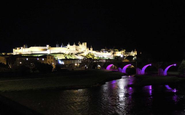 Blick über die alte Pont Vieux und den Fluss Aude auf Carcassonne