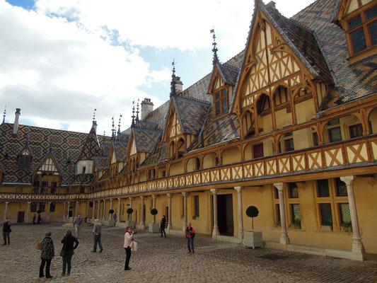 Der historische Innenhof des Hospizes in Beaune. Foto: C. Schumann, 2019